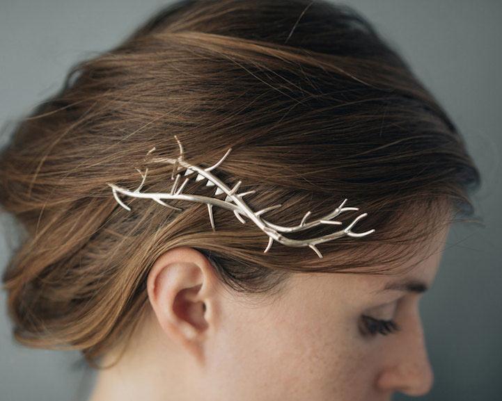 Elegante joyería metálica maneja impresión en 3D para evocar una estética artesanal