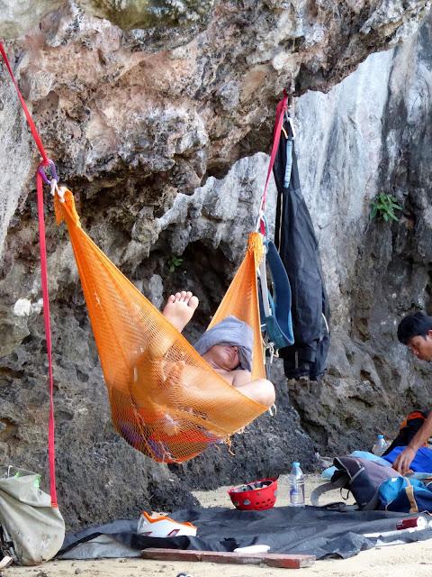 El escalador y monitor local John haciendo su actividad favorita en el sector One Two Three Wall