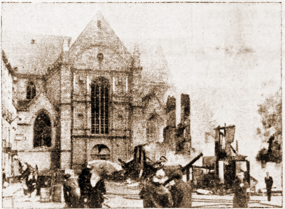 Photo de l'église Saint-Germain en feu prise le matin du 9 juin 1944 par Georges Bourges