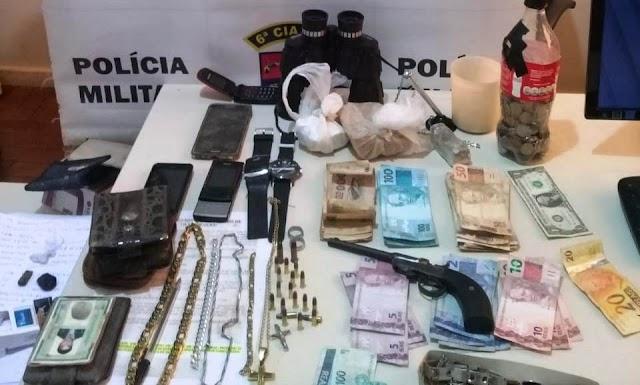 PM de Faxinal encontra dinheiro e drogas e recupera moto furtada