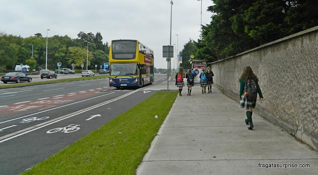 Parada de ônibus em frente ao Hotel Radisson Blu St Helen's, em Dublin