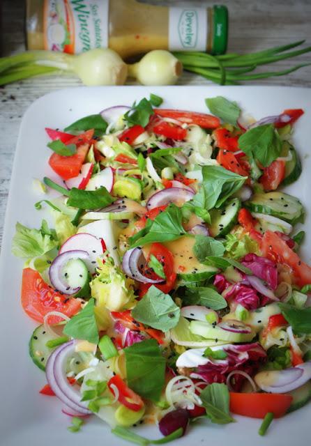 Develey,sałatka wiosenna,papryka,dieta,salata,ogórek,pomidor,czarny sezam,sos winegret,sos sałatkowy,lekka sałatka,czerwona cebula,rzodkiewka