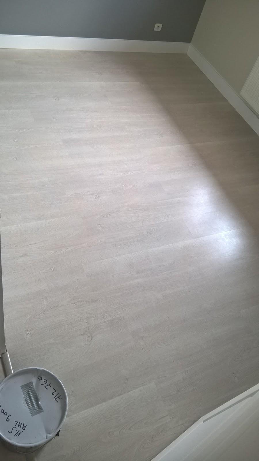 b t s pose sol stratifie sur sous couche plinthes de r novation blanc finition joint silicone. Black Bedroom Furniture Sets. Home Design Ideas