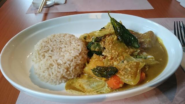 頤膳房黃咖哩蔬菜紅米飯