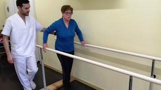 Usuària d'Aviparc amb el fisioterapeuta