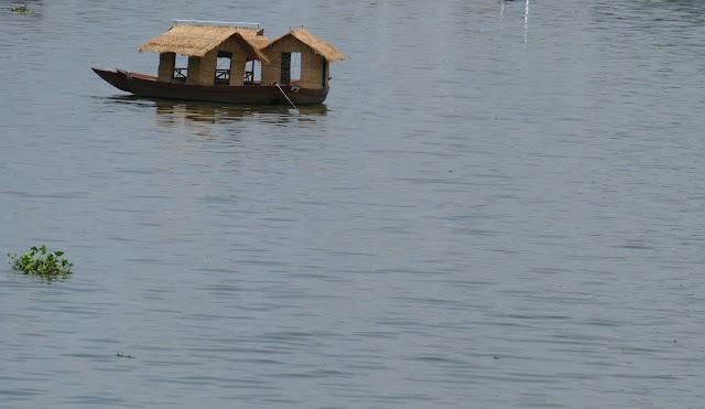 Mộc mạc những chiếc thuyền lá giữa Sài Gòn