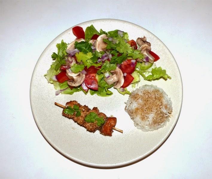Brochette de saumon teriyaki avec riz thaï et salade