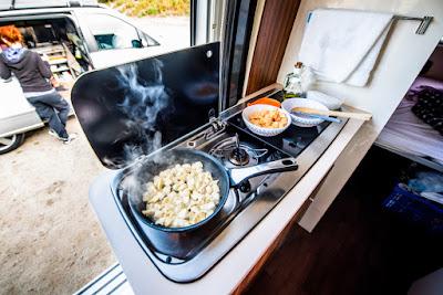 Cocina básica de una autocaravana en Islandia
