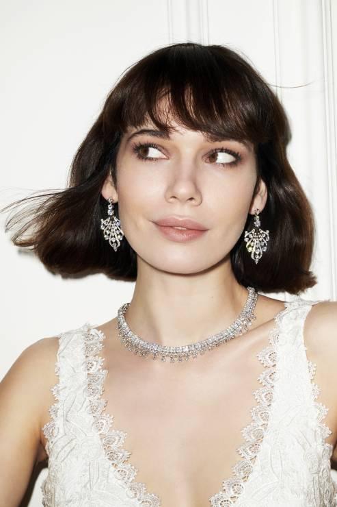 e05f5639b34dad W trendach biżuteryjnych odnajdziemy go w postaci bransoletek założonych  kilka naraz, najlepiej, aby każda była inna, więc łączmy perły z  brylantami, ...