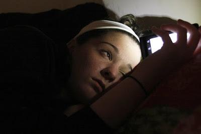 Risiko Buta Akibat Melihat Telefon Pintar Sebelum Tidur