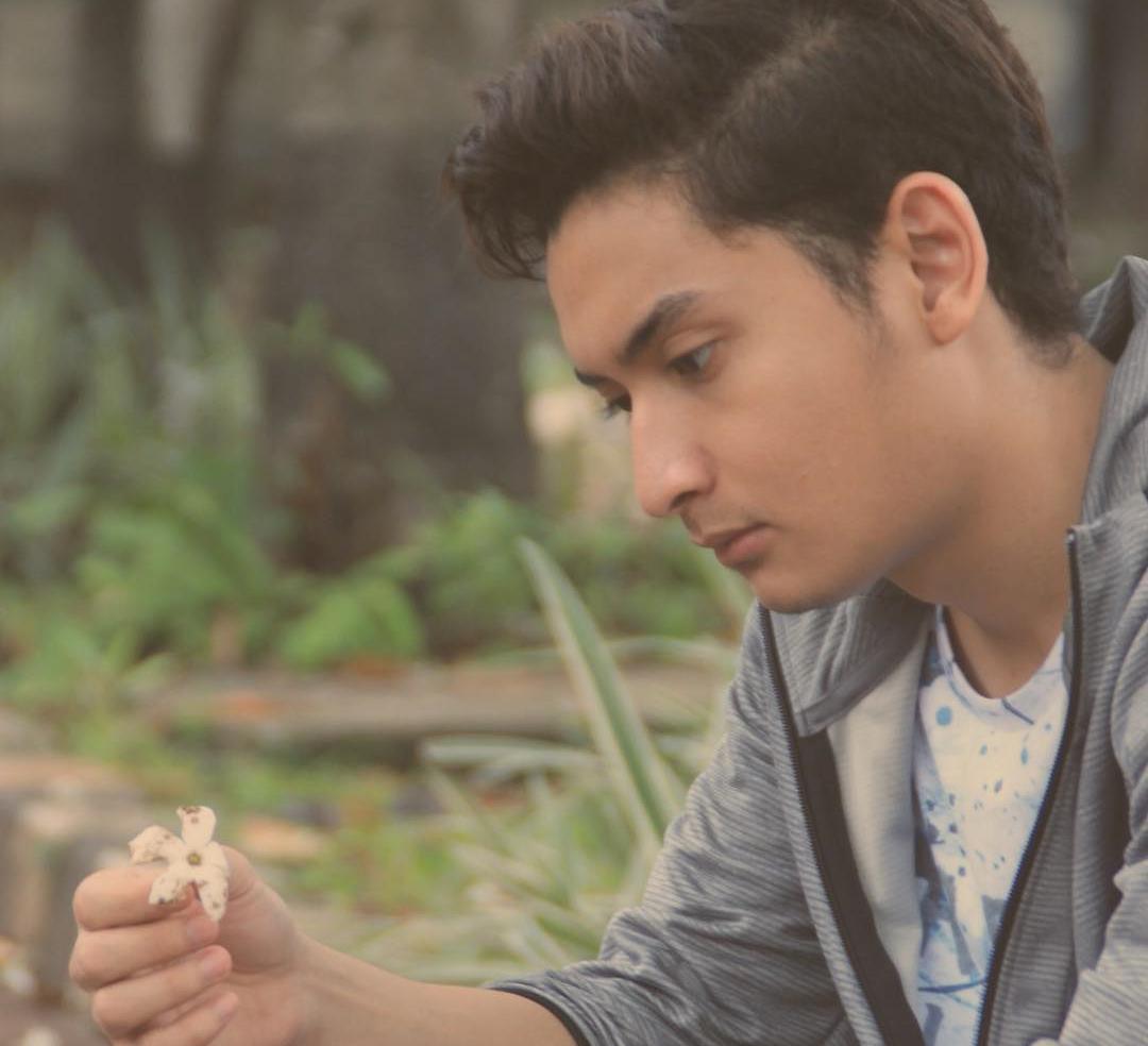 Richard Ivander Pegang Bunga