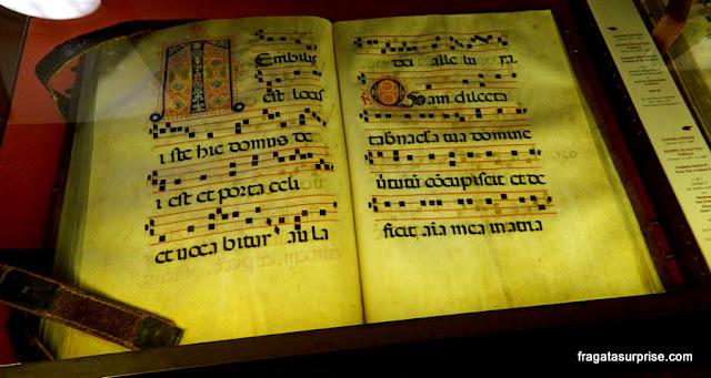 Livro de cânticos decorado com iluminuras na Biblioteca de San Marco, em Florença
