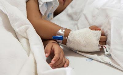 niño enfermo con suero intravenosa en cama