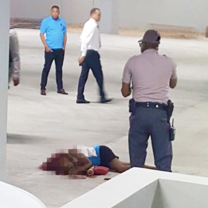 Hombre mata a su pareja y se suicida en parqueo de Caribe Tours
