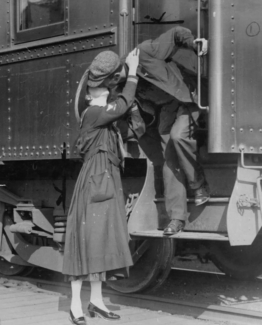 60 + 1 Heart-Warming Historical Pictures That Illustrate Love During War - A Soldier Saying Goodbye To His Wife In Seattle, Leaving For World War I, 1917