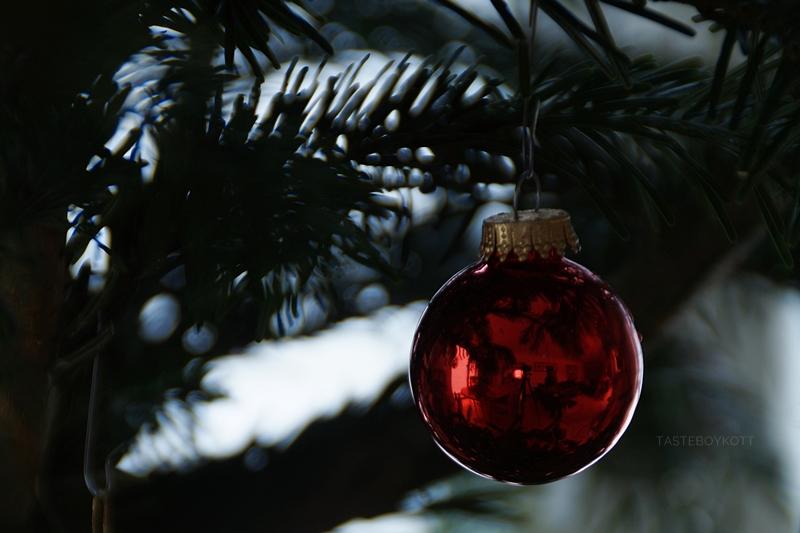 Weihnachtsbaum traditionell natürlich schlicht schmücken/ dekorieren mit roten Kugeln