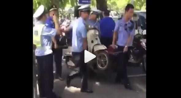 Enggak Mau Ditilang, Terpaksa Emak-Emak Digotong Sekalian Sama Motornya