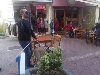 Ο μαέστρος Γιάννης Γαβράς κάνει βόλτα με σκύλο οδηγό