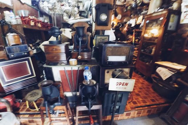 Benda antik koleksi pasar Triwindu