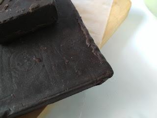 Coklat compound atau coklat batangan, biasa disebut dark cooking chocolate (DCC)
