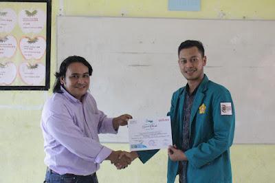 Penyerahan sertifikat kegiatan Jurnalisme Gampong