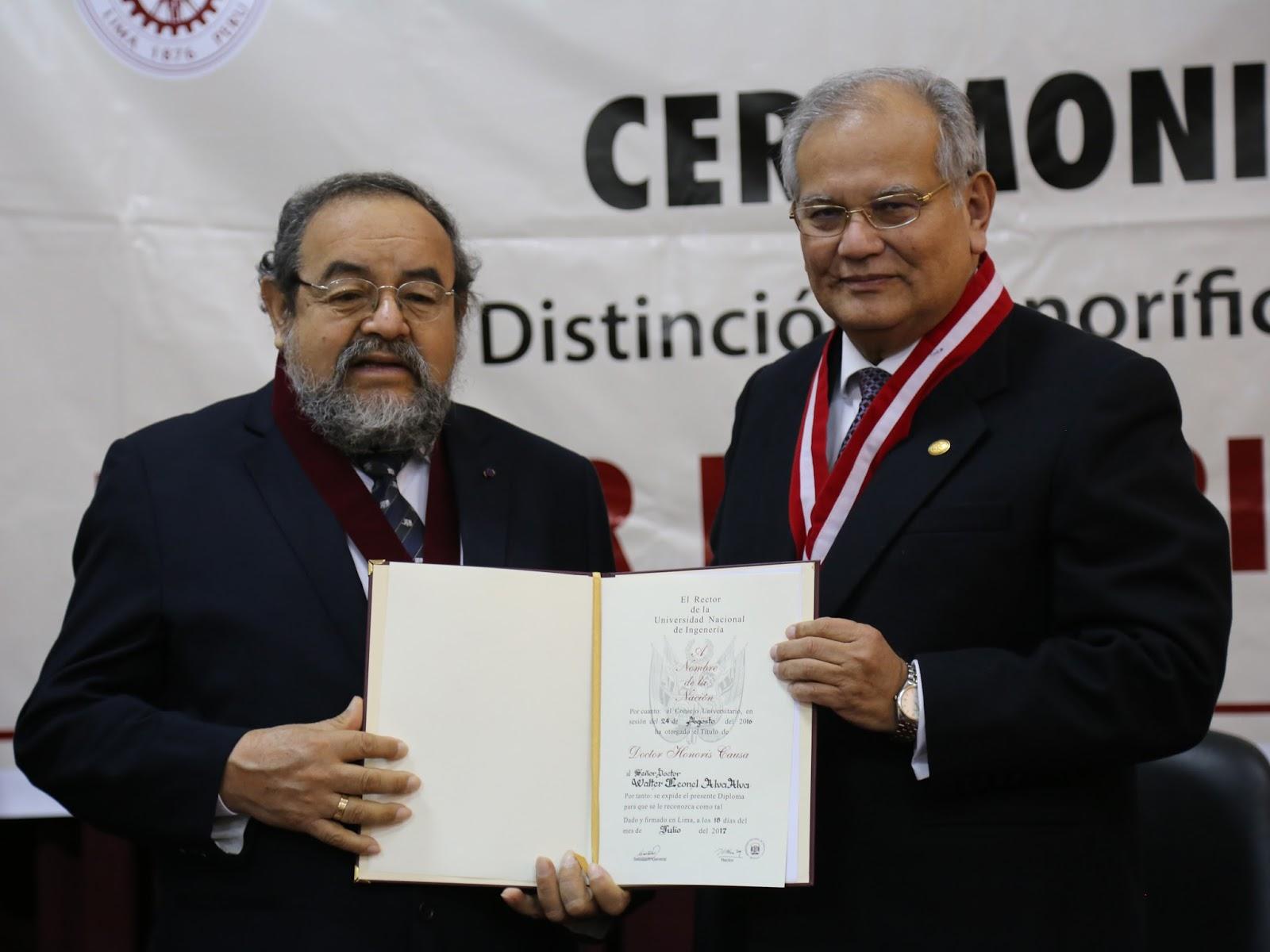 Arqueólogo Walter Alva recibe distinción de Doctor Honoris Causa de la UNI