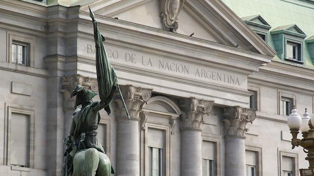 El Banco Central de Argentina sube la tasa de interés al 40% para frenar la devaluación