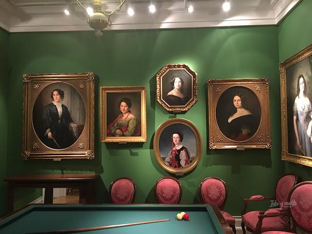 Retratos en el salón de billar