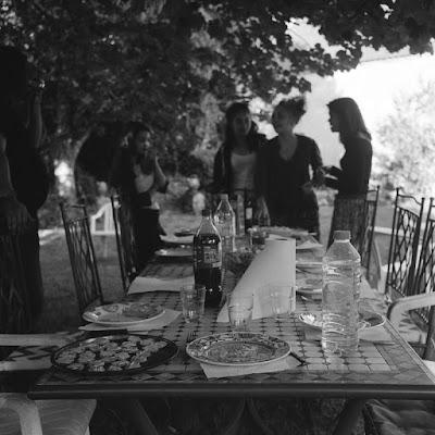 Autour d'une table sous un grand tilleul dans le Périgord