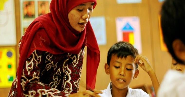 Kumpulan Pantun Untuk Guru Terbaik Penuh Makna | Puisi ...