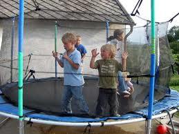 Hati-hati bermain trampolin