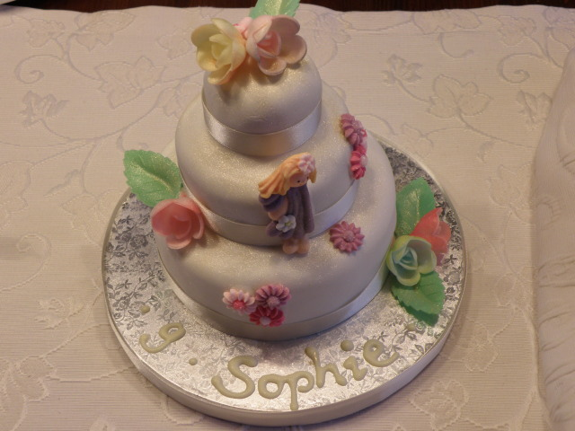 Dreistöckige Mini-Torte mit fertigem Blütendekor