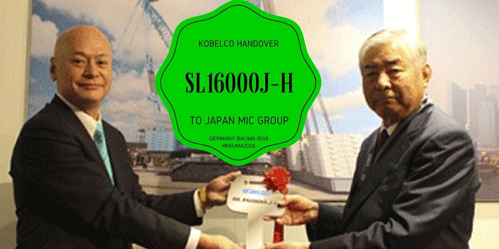 Kazuhide Naraki handing over key to Eikichi Oyama for SL16000J-H in Bauma #Bauma2016