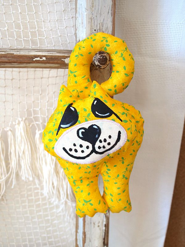 żółty kot na klamkę