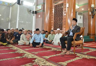 Muhammad Ridho Ficardo Sholat Jum'at Bersama TGB di Masjid Al-Furqon