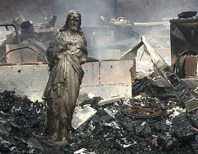 Estátua do Sagrado Coração de Jesus, única que sobrou, e em pé, após incêndios florestais em Sevier County, Tennessee (EUA), novembro 2016