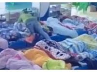 Anak Didik Tidak Mau Tidur, Guru TK Bekap dengan Selimut