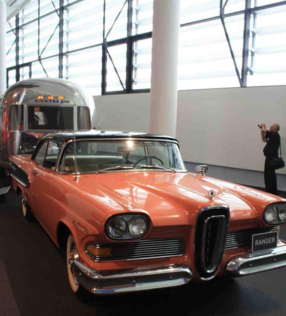 Ein Ranger zieht einen Airstream - amerikanischer geht es kaum - Geschichte der Wohnmobil Reisen im Hymer Museum