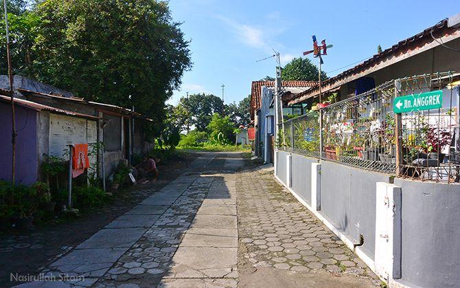 Jalan Anggrek dekat dari Stasiun Lama Maguwo