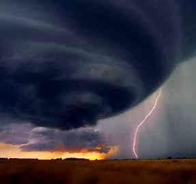 Foto de tornado y rayo relacionado al Día Meteorológico Mundial