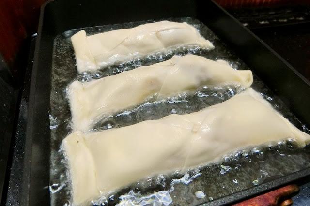 フライパンに油を熱し、揚げる。