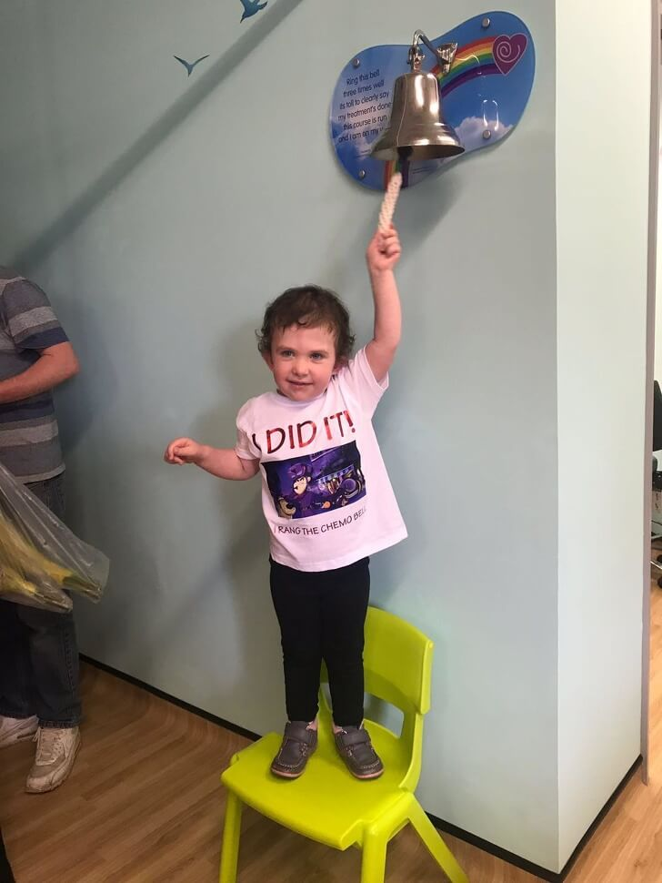 25 Heart-Melting Pictures That Made Even The Toughest Of Us Cry - 'Ringing the bell on cancer, my four-year-old daughter finished chemotherapy after two and a half years today!'