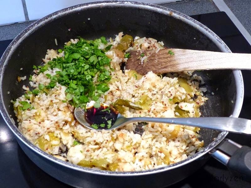 Ajoutez la sauce soja et la coriandre ciselée.
