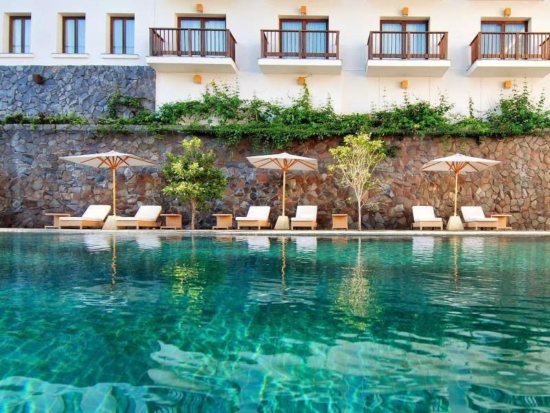 Kolam Renang di Padma Hotel Bandung