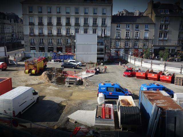 13h15 : Là, c'est GRDF qui déboule... un problème de gaz alors sur le Place Saint-Germain ?!