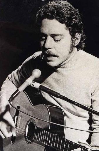 Foto de Chico Buarque con su guitarra