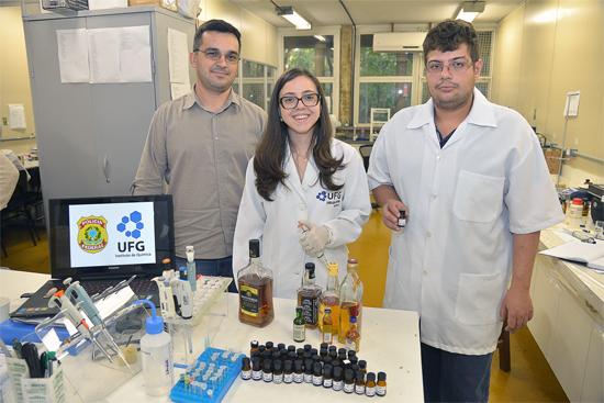 Equipe responsável pela criação do teste rápido de uísque falsificado da UFG