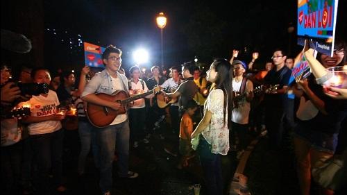 chơi guitar trước đám đông