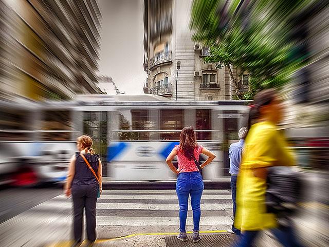 Mujer joven esperando cruza la calle.Manipulación fotográfica.