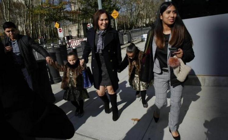 """Esposa e hijas de """"El Chapo"""" lo acompañan en audiencia"""